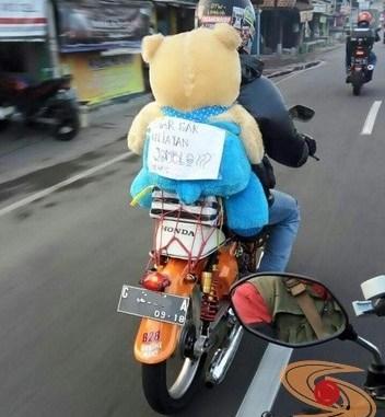 tulisan lucu mudik biker jomblo bawa boneka di belakang
