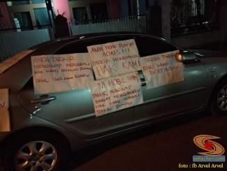Mobil parkir sembarangan menghalangi jalan, warga mendemo dengan tempelan tulisan di sekujur mobil (1)