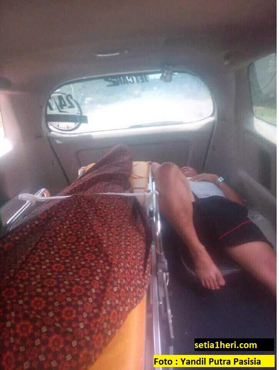 Resiko sopir mobil jenazah, ngantuk tidurpun disamping mayat...hiiii...atuuttt