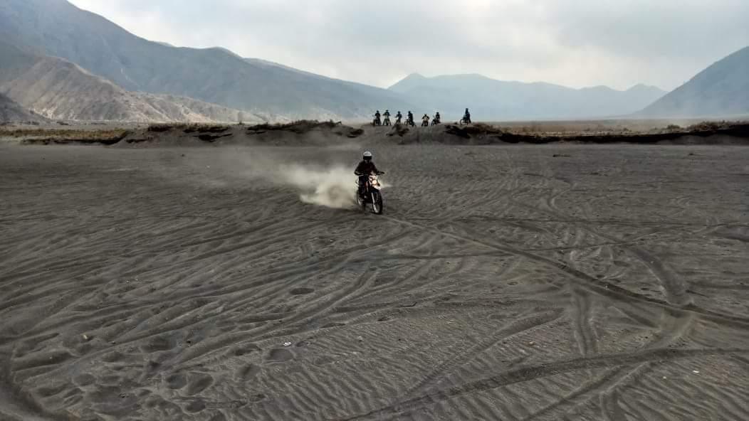 Ongkos gendong motor alias ojek motor mogok di Gunung Bromo, Jawa Timur