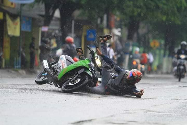 Kumpulan foto biker terjatuh saat lintasi rel kereta api ketika musim hujan, harap waspada brosis...