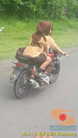 Anak SD pacaran dengan berboncengan naik motor laki ini bikin jomblower iri hati...wkwkwkwk