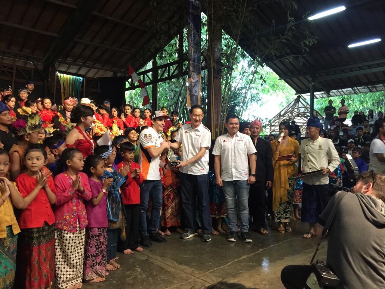 Marc Marquez menikmati alunan Angklung di Bandung brosis…bahkan sampai joget riang gembira (2)