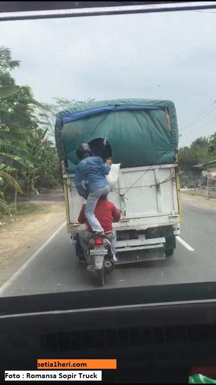 Driver Mergoki bajing loncat pada muatan truk saat jalan, bolehkah ditabrak?