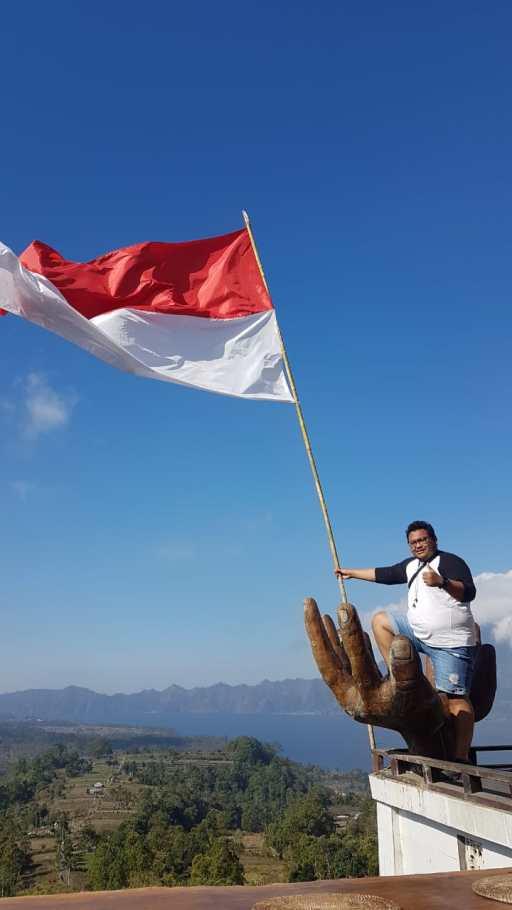 bendera merah putih di gunung batur