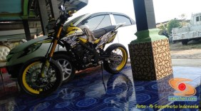 Foto modifikasi supermoto warna kuning brosis (3)