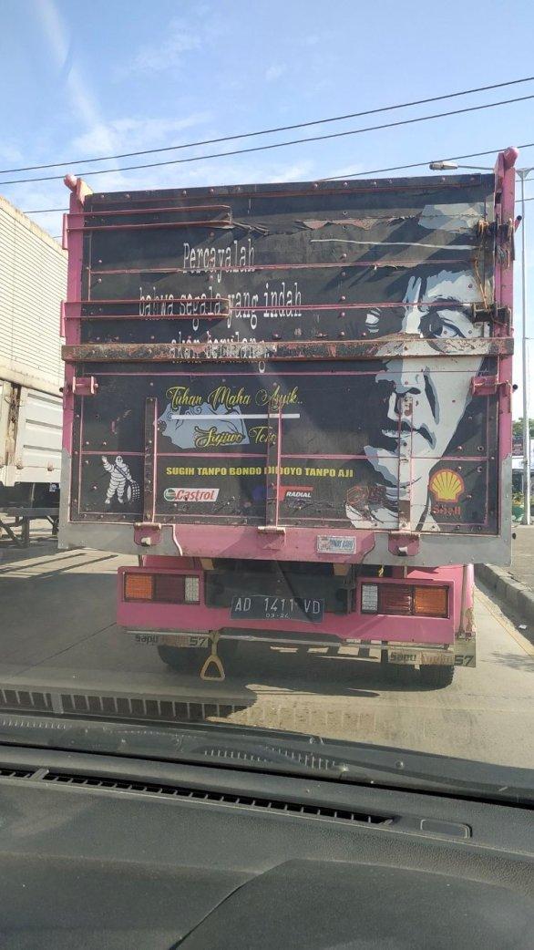 lukisan tokoh dan kata-kata inspiratif pada bokong truk Indonesia (1)