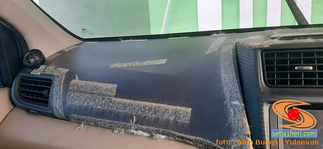 Cara alternatif ngilangin bekas double tip bulu-bulu permadani di dashboard mobil (1)