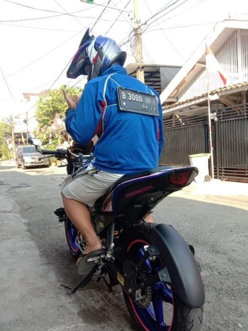 Plat nopol ditaruh punggung biker, bisa kena tilangkah?
