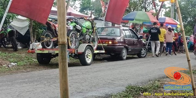 Wow....Towing motor trail dengan mobil sedan Timor