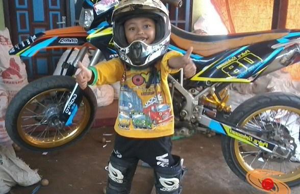like father, like son...anak pakai apparel motor trail meniru ayahnya