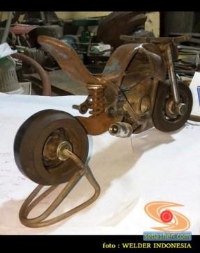 karya seni miniatur sepeda motor dari suku cadang bekas di bengkel sepeda motor (1)