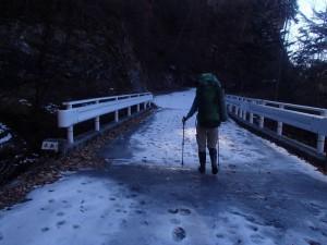 凍結した林道を進む