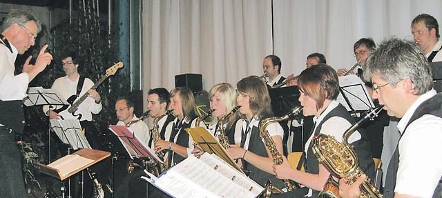 Der Neresheimer Musikschulleiter Normand DesChênes dirigiert die Big Band, die mit Jazz Swing und ein bisschen Mambo unterhielt.