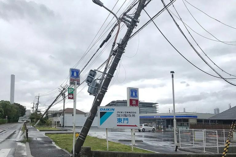【摂津の台風21号の被害状況】ダイキン工業近くで停電中。電柱は傾き、大きな木も倒れていました。