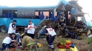 Muere niño y cinco adultos en accidente; 15 lesionados