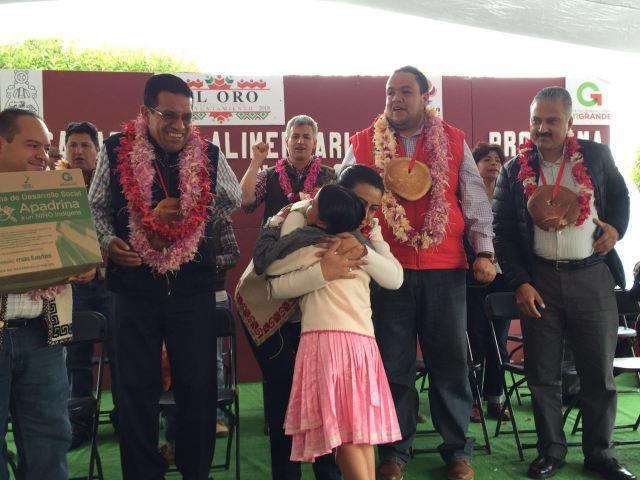 """Presidenta Municipal de El Oro, entrega apoyos del Programa """"Apadrina a un Niño Indígena"""""""