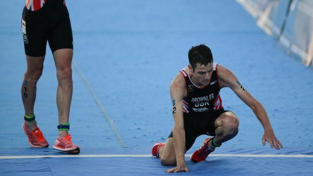La dramática forma en que se desplomó el triatlonista Jonathan Brownlee en Cozumel