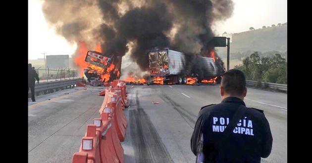 Fuerte accidente entre dos trailers provoca cierre de la México – Querétaro