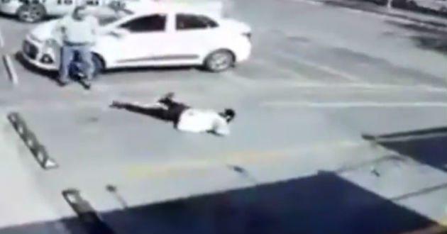 Automovilista golpea a anciano y huye (VIDEO)
