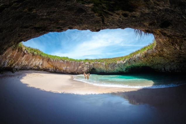 El punto más conocido y visitado de las islas es Playa Escondida, también conocida como Playa Oculta o Hidden Beach.