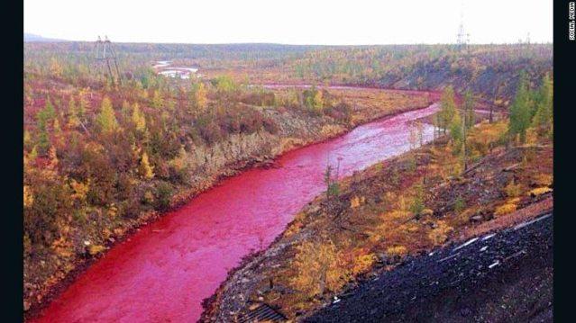 Río en Rusia se volvió de color rojo sangre
