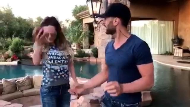 Criss Angel hace levitar a Belinda y ella parte una manzana con la cabeza