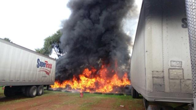 Sofocan bomberos de Toluca incendio de llantas