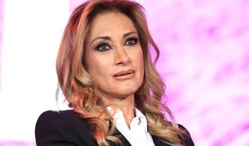 Adela Micha, posa con cuerno de chivo