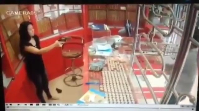 VIDEO: Amaga a un ladrón con su revólver