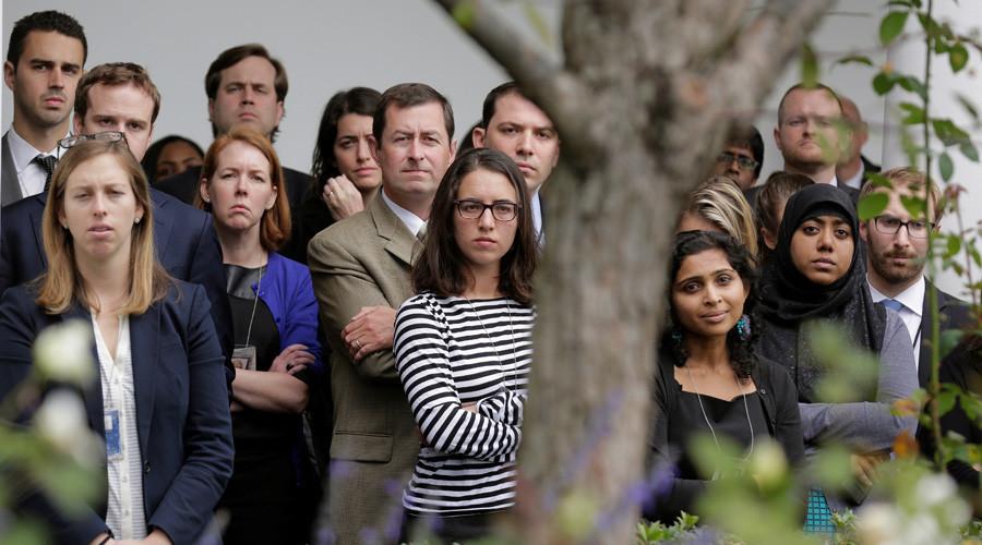 El personal de la Casa Blanca escucha el discurso de Barack Obama sobre la victoria de Donald Trump en las elecciones presidencialesJoshua RobertsReuters