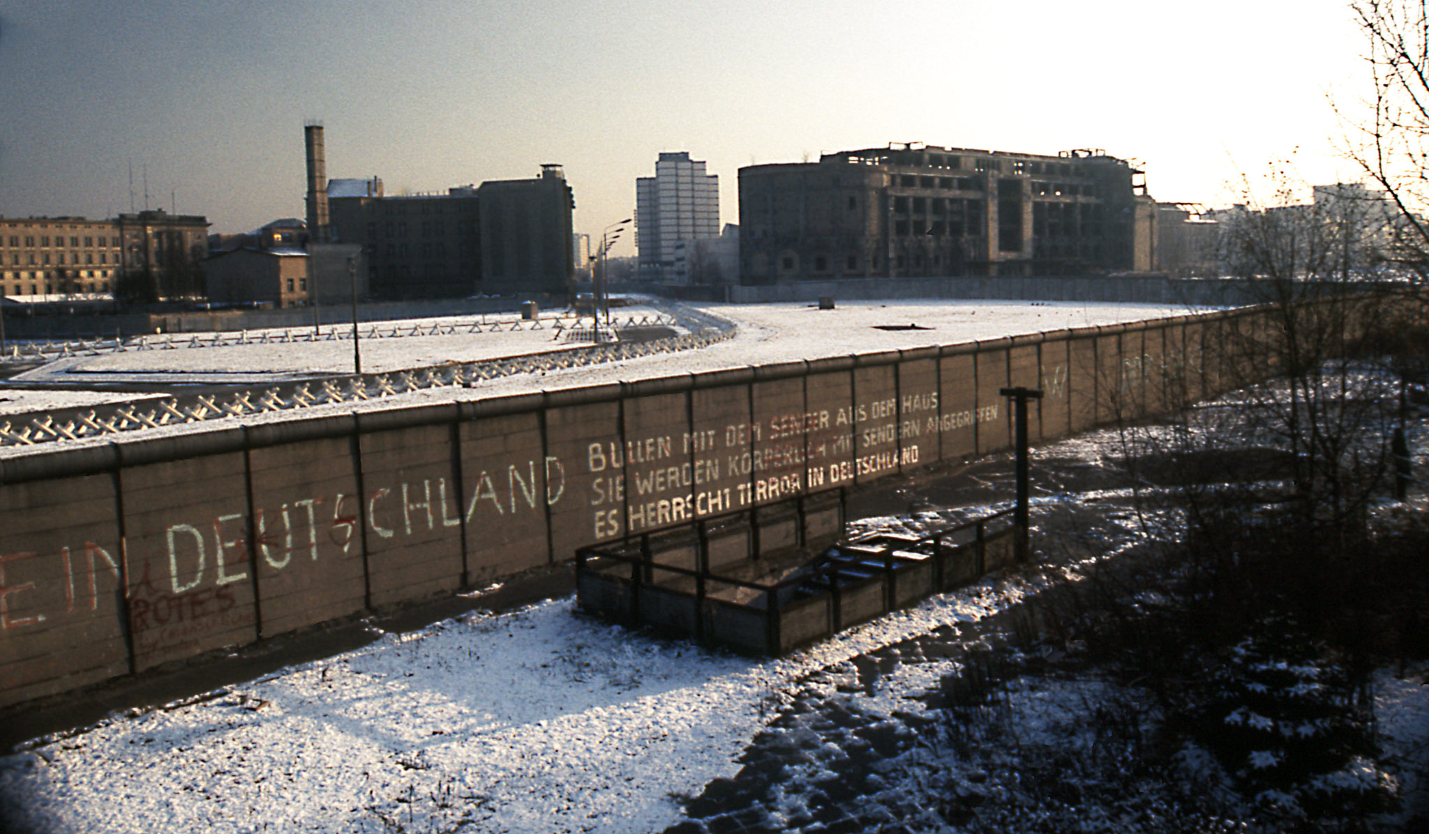 berlin_wall_potsdamer_platz_november_1975_looking_east