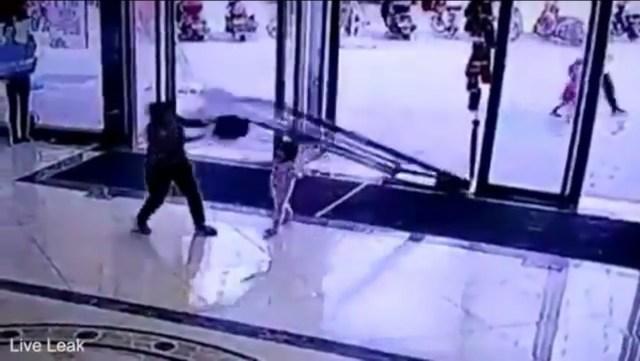 Una pesada puerta de cristal aplasta a una niña de 3 años (video)