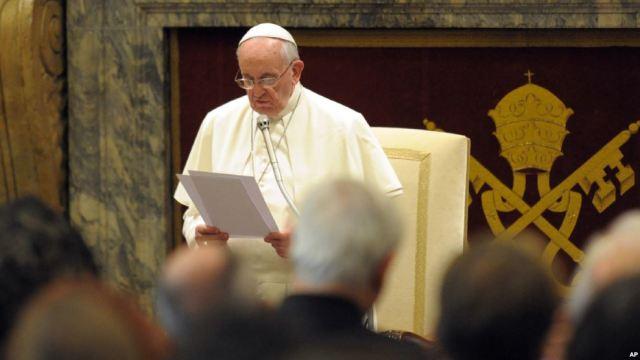 Papa llama a los medios a no promover contenidos escandalosos
