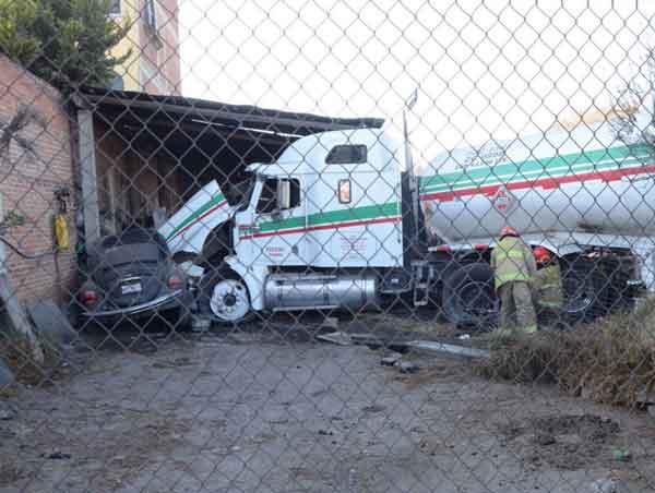 Pipa se queda sin frenos en la carretera Toluca-Tenango