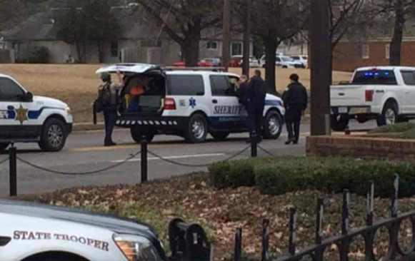Hombre armado toma rehenes en un banco de Alabama