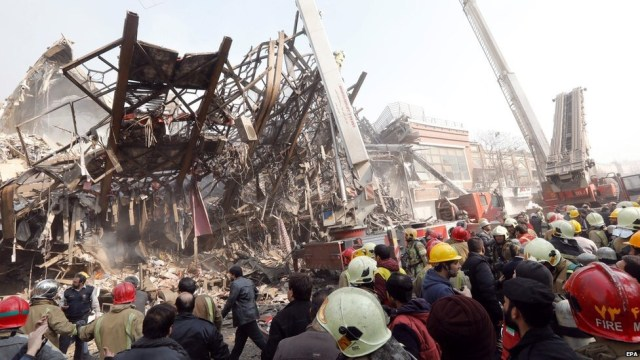 Decenas de bomberos bajo los escombros del edificio derrumbado en Teherán