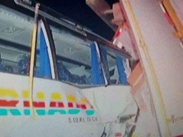 Por 'textear', chofer de autobús choca con tráiler; hay 20 heridos en NL