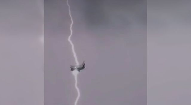 Un rayo atraviesa a un avión con pasajeros abordo (video)