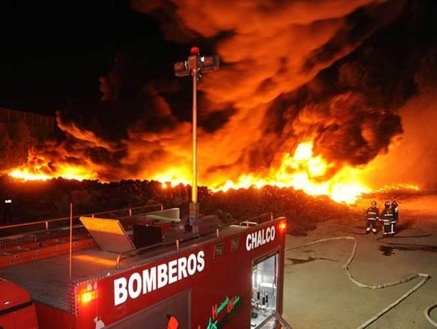 Se incendia lote de llantas usadas en el Edomex