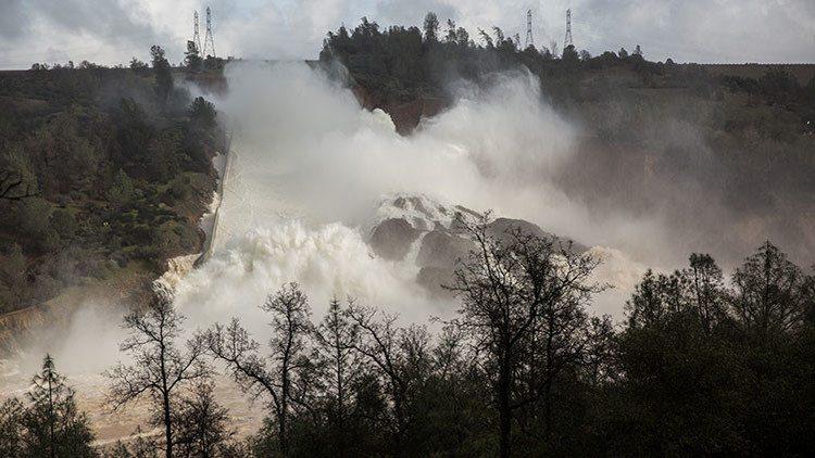 Evacuan a 200 mil personas por daños en presa de Oroville, California