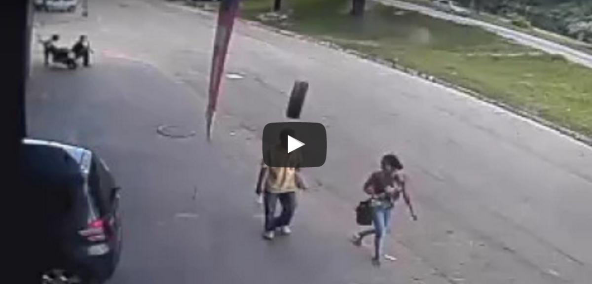 Un hombre pasea con su esposa por una calle de Brasil cuando paso la tragedia