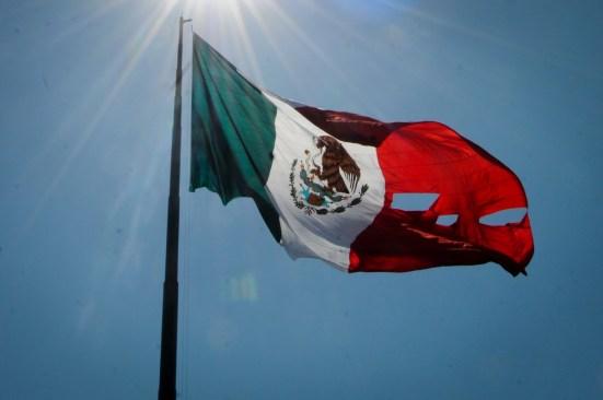 Se desgarra bandera durante ceremonia en Campo Marte
