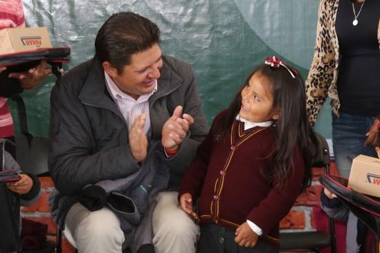 Metepec entrega apoyos escolares para educación básica