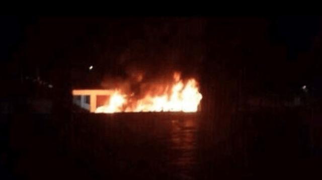 VIDEO: Queman microbús y matan a choferes en Edomex