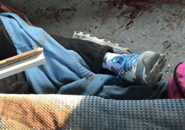 Grua deja caer auto sobre combi en Edomex; un muerto y 15 heridos
