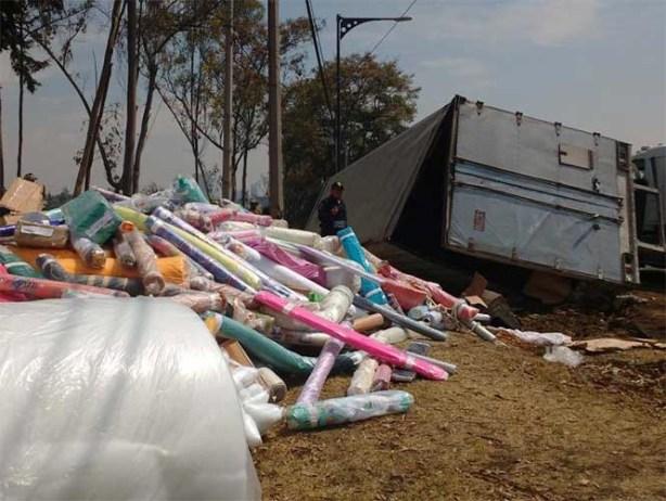 Vuelca trailer en la México-Toluca