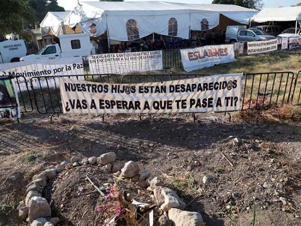 Hallan más cadáveres en fosas de Jojutla, estaban debajo de tarima