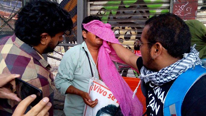 Policías reprimen protesta de padres de los 43