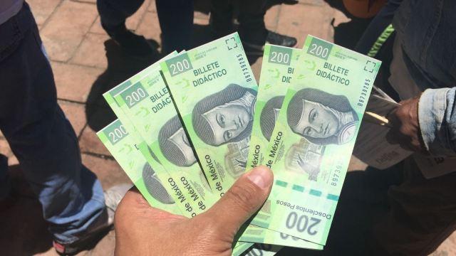 Lanzan billetes durante un mitin de Delfina Gómez